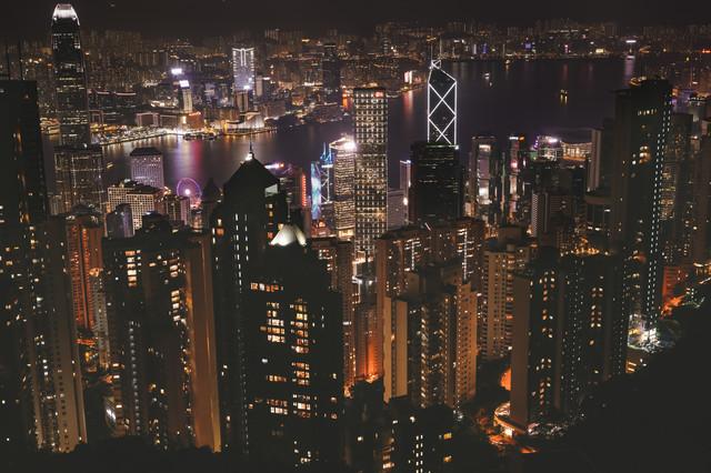 活気ある町の夜景